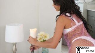 Şirketten Yeni Gelen Kocasını Yatakta Erotik Karşılıyor