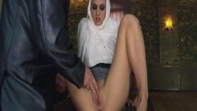 Utangaç Kapalı Arabın Sikicisiyle Yaşadığı Amatör Porn