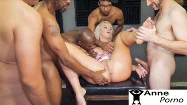 Milf Kadını 4 Kişi Hard Sikiyor